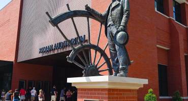 Ryman-Auditorium-2018-Media-Gallery_exterior-captain-tom-ryman-statue